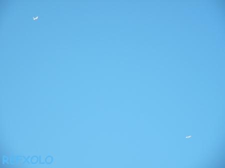 写真:青空の2機の飛行機の画像