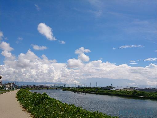 9月の空と川