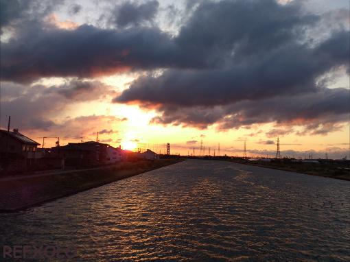 流れる雲と朝陽