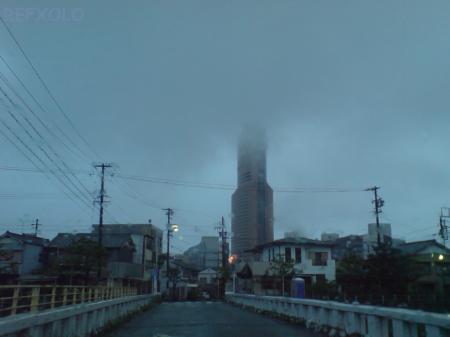 写真:雲に覆われたアクトタワーの画像