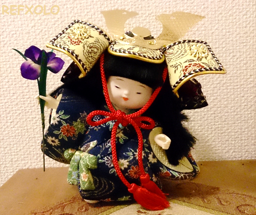 兜を被った男の子の木目込み人形