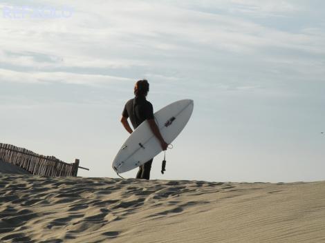 写真:砂丘のサーファーの画像