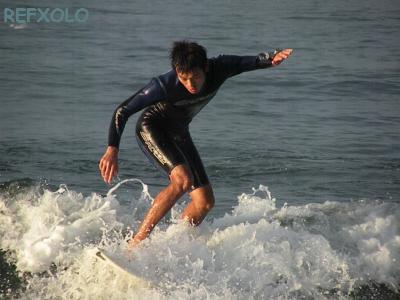 写真:波に乗るサーファーの画像