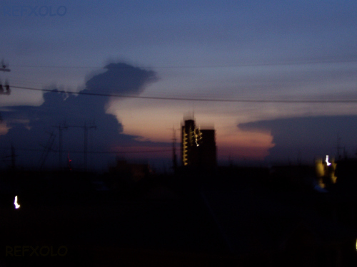 写真:ゴジラ出現に見える雲と景色の画像