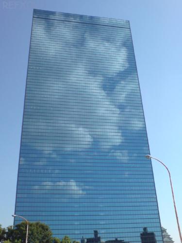 写真:大阪城の近くのビルに写った空と雲の画像