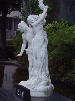 写真:Apollōn and Daphne-statue(an imitation )