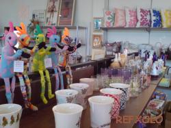 写真:ぬいぐるみのロコペリとカップなどの雑貨の画像